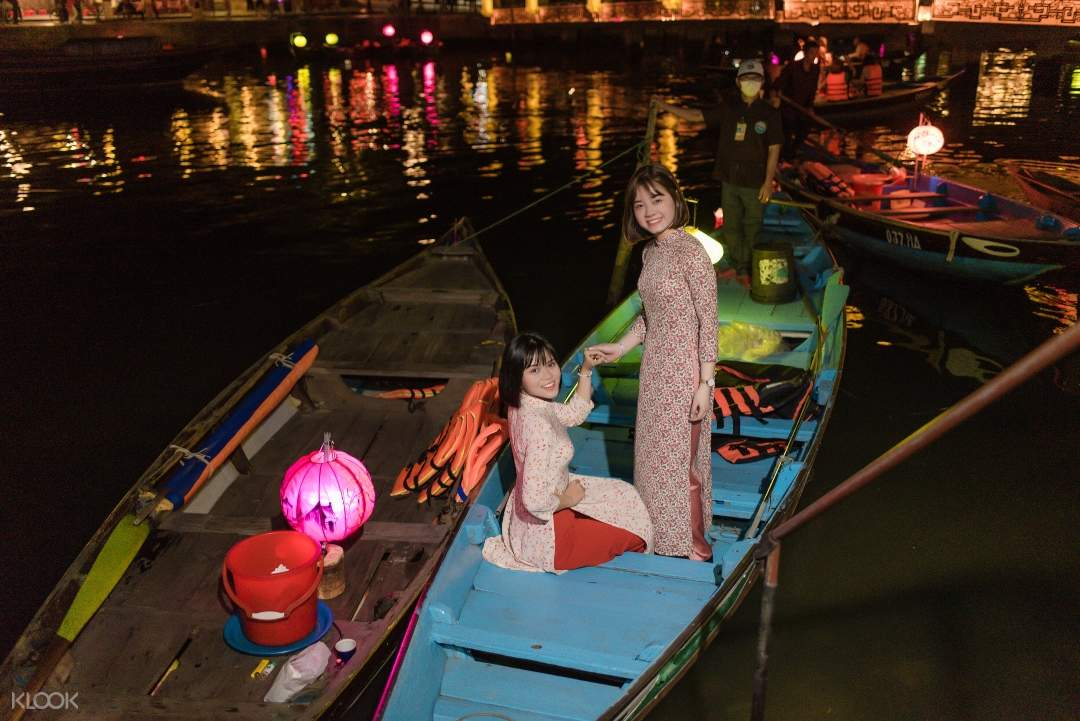 Enjoy-the-night-in-Hoi-An-in-the-amazing-boat-ride-experience